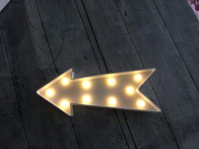 flecha con iluminacion decorativa
