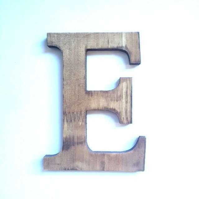 Letra E de madera