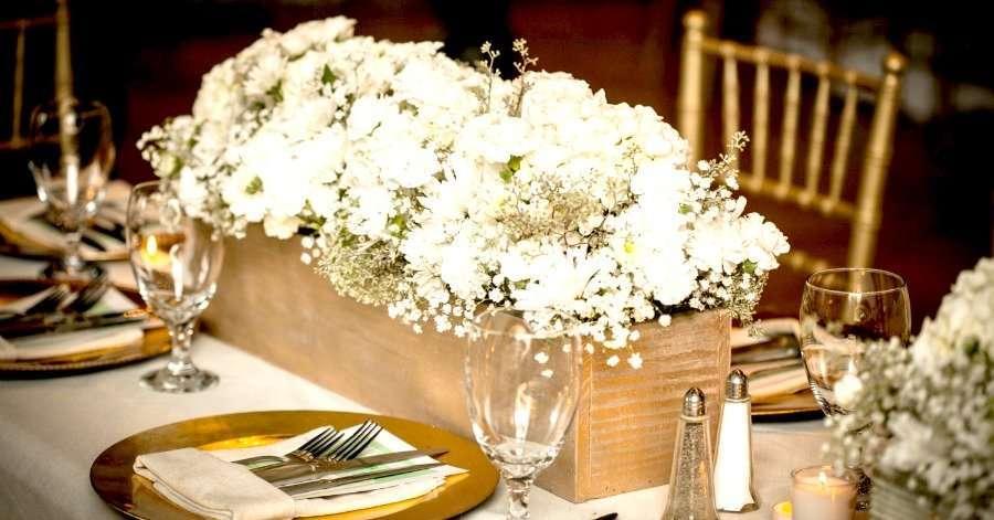 decoracion con cajas de madera y flores