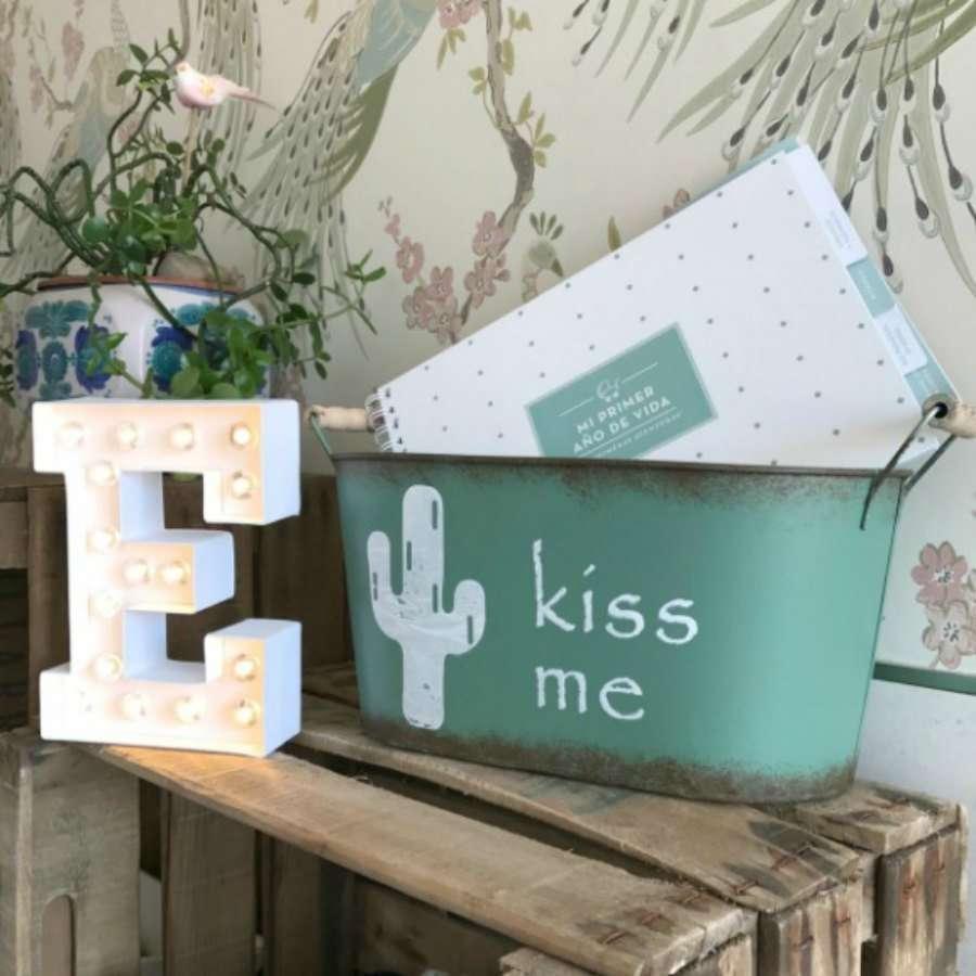 ideas para una boda entre cactus. Balde metalico con dibujos de cactus