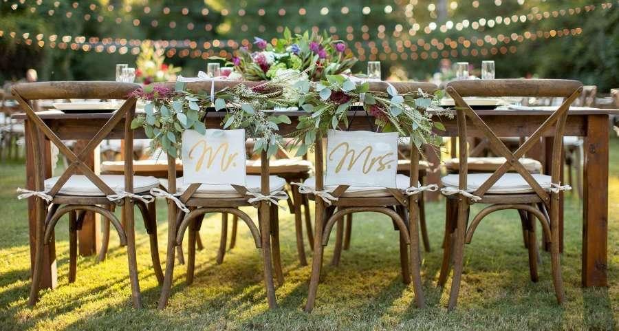 Boda de mesas imperiales infinitas. Carteles para sillas de los novios